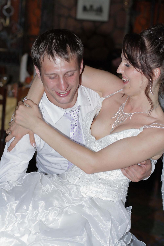 На свадьбе у невесты выпала грудь