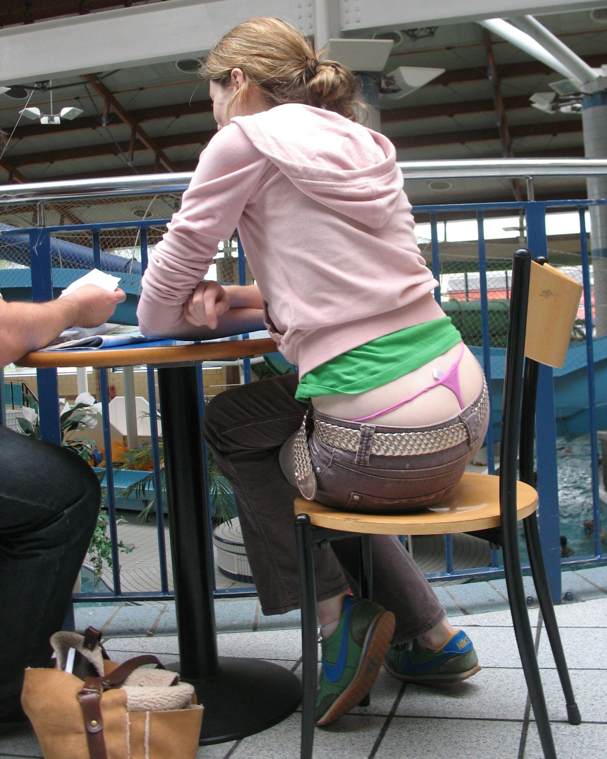У девушки из под джинсов видно попку 19 фотография